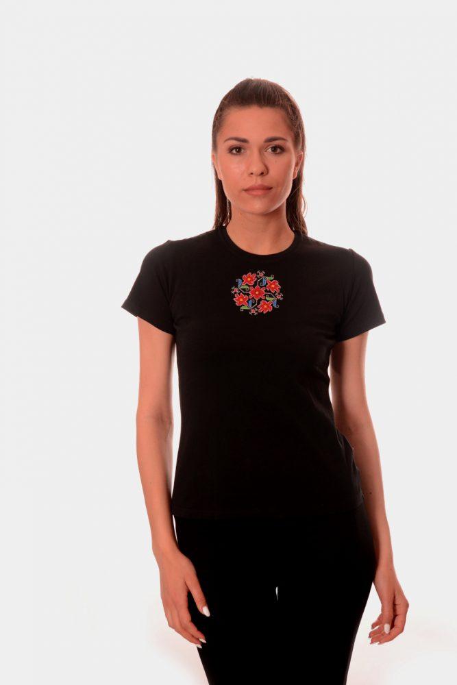Дамска тениска с бродирана шевица